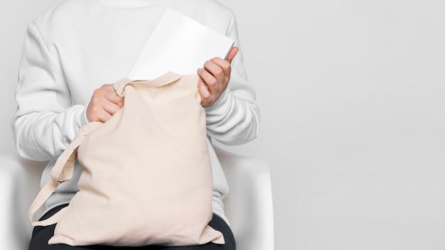 Vue de face femme tenant sac fourre-tout en tissu