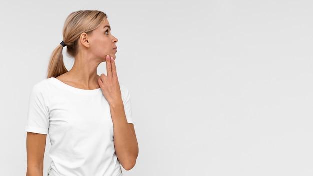 Vue de face de la femme touchant son menton pour vérifier la douleur avec copie espace