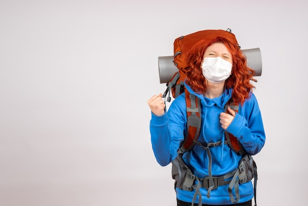Vue de face femme touriste aller en montagne en masque avec sac à dos