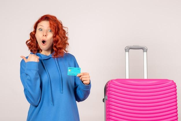 Vue de face femme touriste avec carte bancaire et sac rose