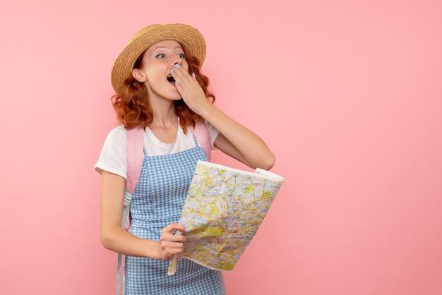 Vue de face femme touriste avec carte essayant de trouver une direction dans une ville étrangère