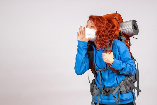 Vue de face femme touriste en masque avec sac à dos