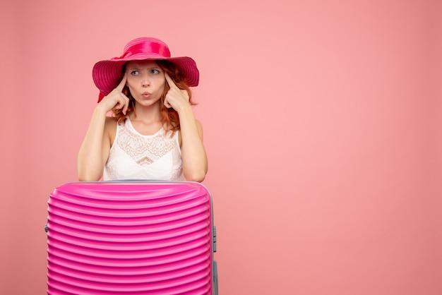 Vue de face femme touriste avec sac rose