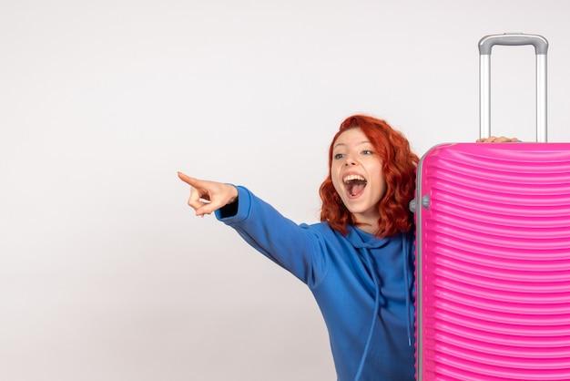 Vue de face femme touriste avec son sac rose