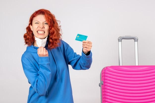 Vue de face femme touriste tenant une carte bancaire