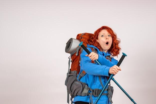 Vue de face femme touriste en voyage en montagne