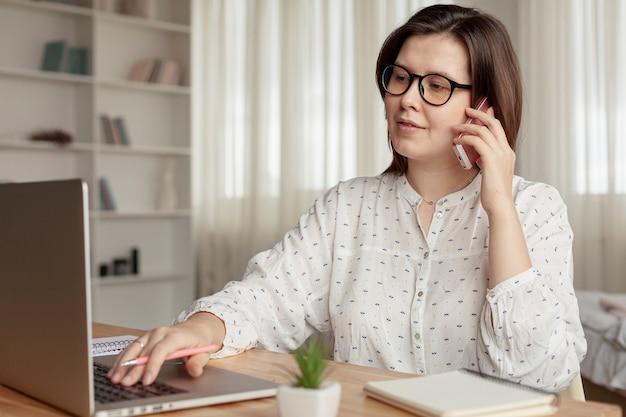 Vue de face femme travaillant à domicile