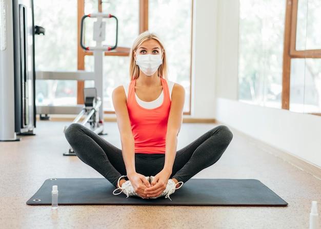 Vue de face de la femme travaillant à la salle de sport