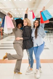 Vue de face femmes heureux shopping