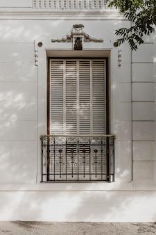 Vue de face de la fenêtre du bâtiment de la ville