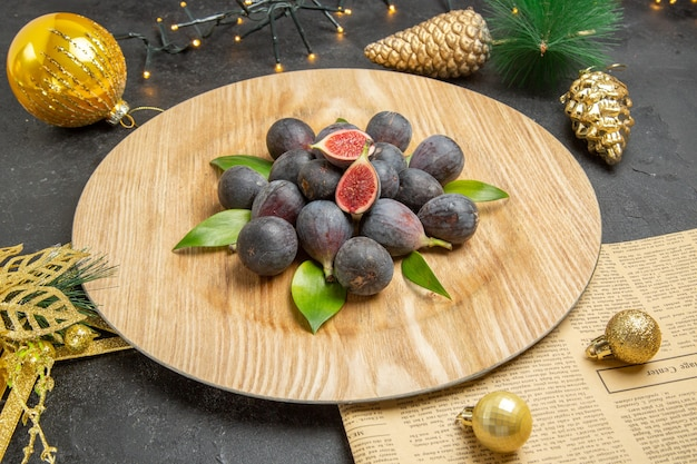 Vue de face de figues douces fraîches à l'intérieur d'une assiette de crème sur fond sombre photo d'arbre fruits sombres