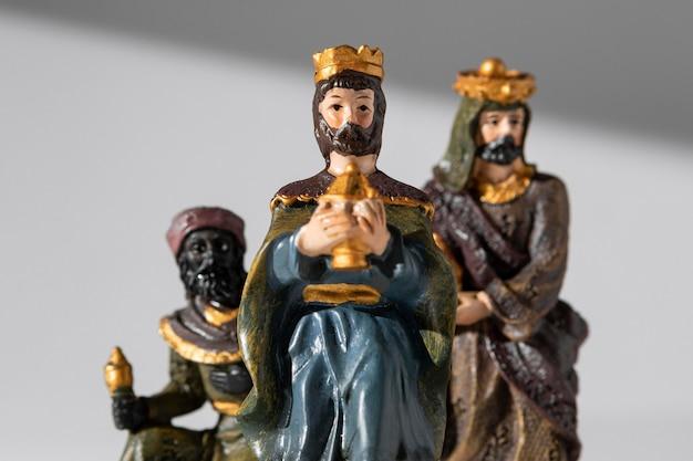 Vue de face des figurines des rois du jour de l'épiphanie