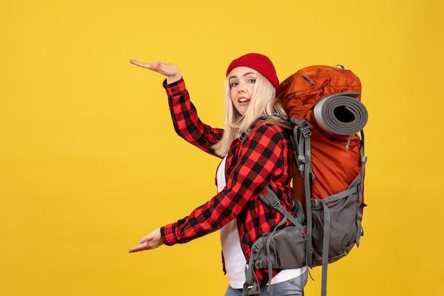 Vue de face fille blonde avec son sac à dos montrant la taille