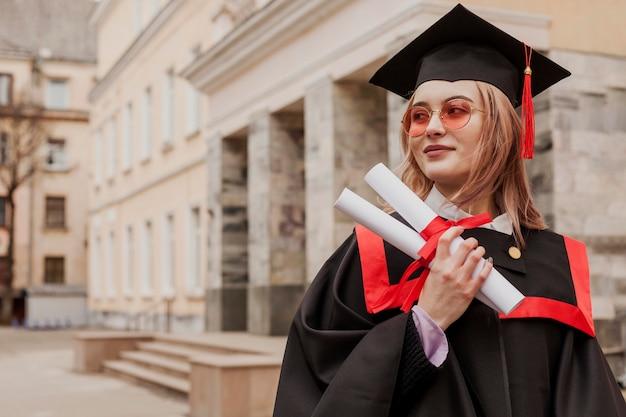 Vue de face fille avec diplôme
