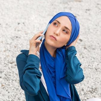 Vue de face fille parlant au téléphone