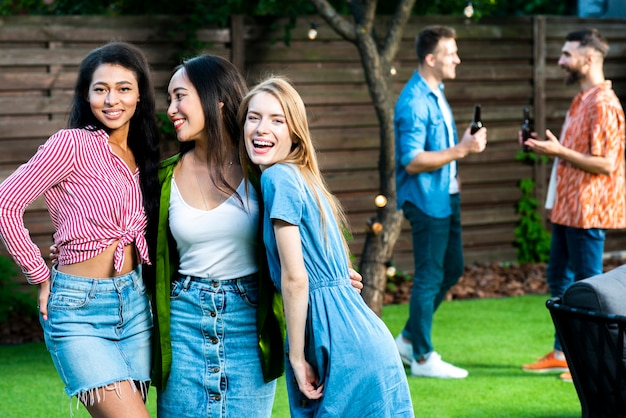 Vue de face filles heureux ensemble à l'extérieur