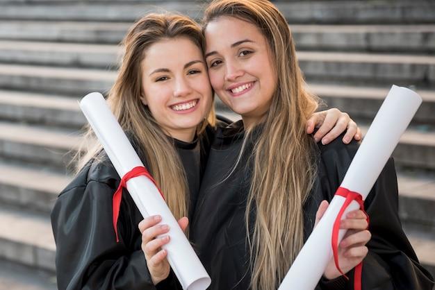Vue de face des filles munies de leurs certificats