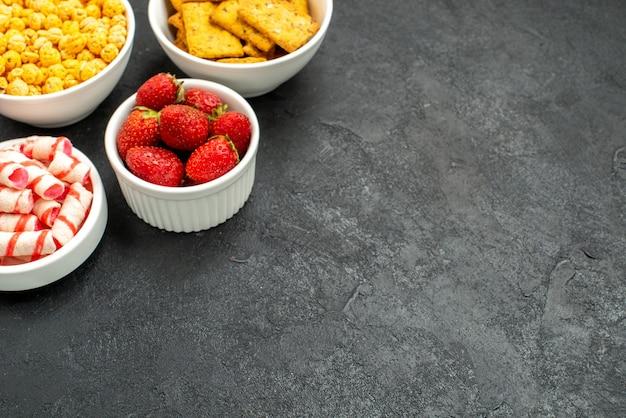 Vue de face fraises fraîches avec différentes collations