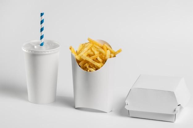 Vue de face frites dans un emballage vierge avec tasse