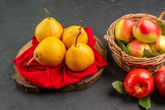 Vue de face fruits frais poires et pommes sur table sombre couleur mûre douce et fraîche