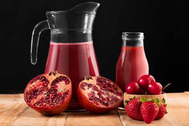 Vue de face fruits rouges et smoothie