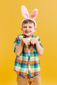 Vue de face garçon en position de lapin