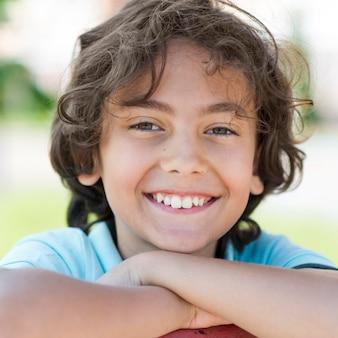 Vue de face garçon souriant