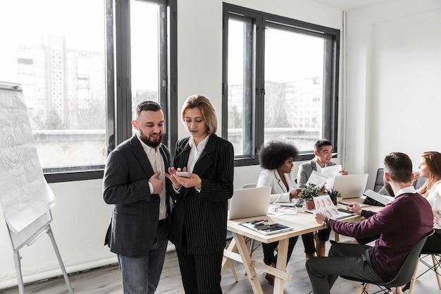 Vue de face des gens d'affaires au bureau