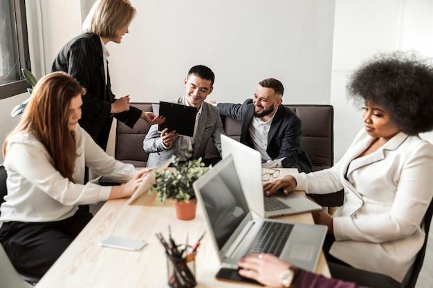 Vue de face des gens d'affaires en réunion