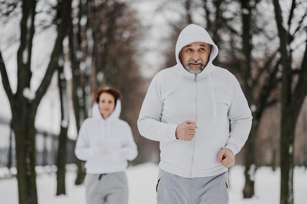 Vue de face des gens qui courent ensemble