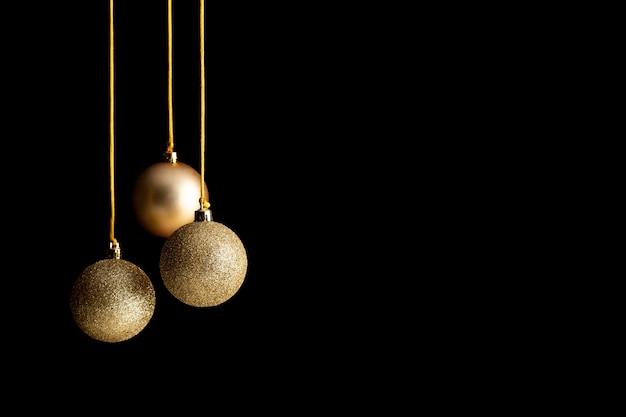 Vue de face des globes de noël dorés avec espace copie