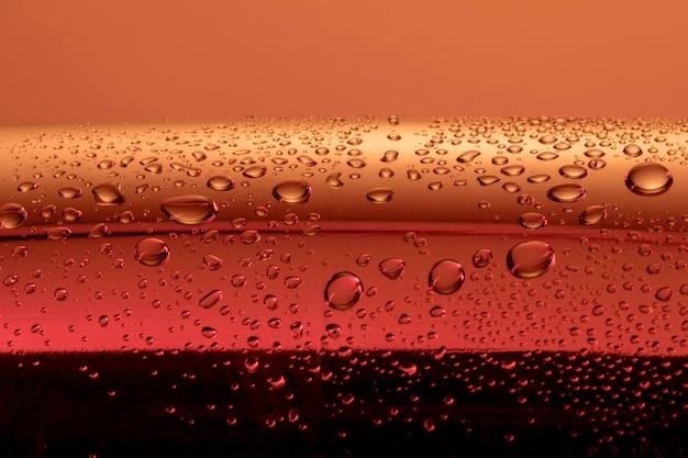 Vue de face des gouttes d'eau transparentes sur la surface