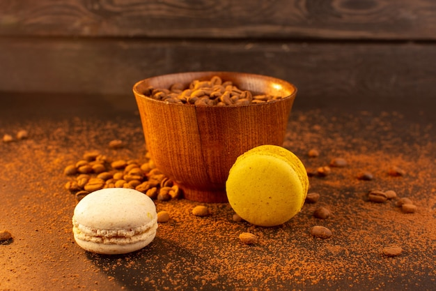 Une vue de face des graines de café brun à l'intérieur de la plaque brune sur la graine de café brun