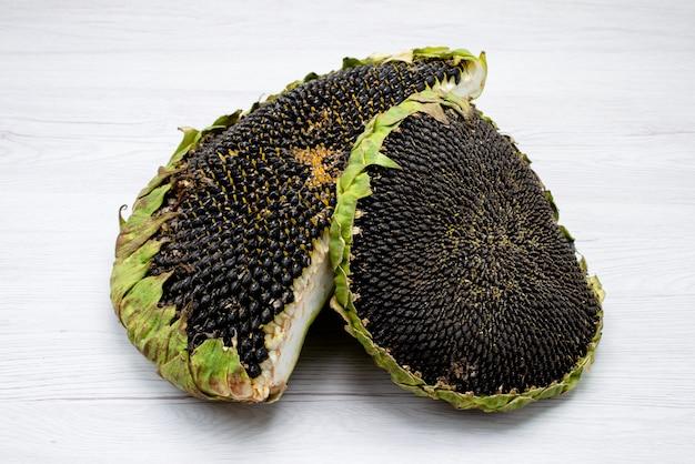 Une vue de face des graines de tournesol noir frais et savoureux à l'intérieur des collations de graines de tournesol grain shell