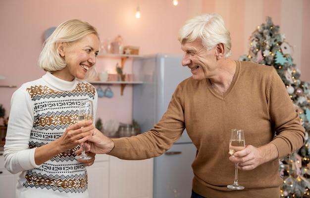Vue de face des grands-parents célébrant les christms