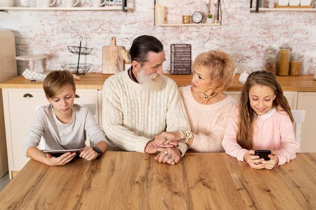 Vue de face les grands-parents passent du temps avec leurs petits-enfants