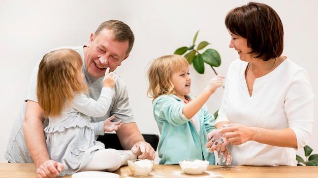 Vue de face des grands-parents et petites-filles