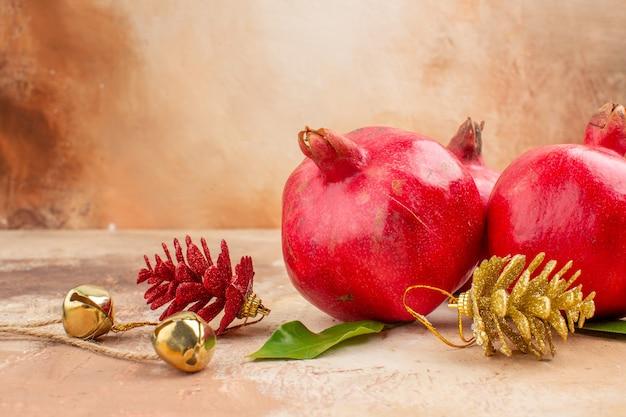 Vue de face grenades rouges fraîches sur fond clair couleur fruits photo jus moelleux