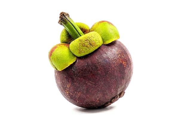 Vue de face gros plan d'un mangoustan frais placé sur blanc