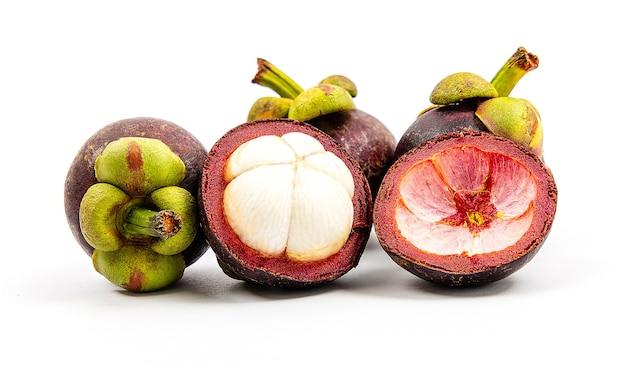 Vue de face gros plan de nombreux fruits de mangoustan frais
