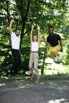 Vue de face, groupe, amis, sauter