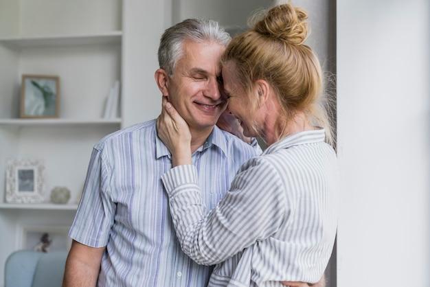 Vue de face heureux couple de personnes âgées ensemble