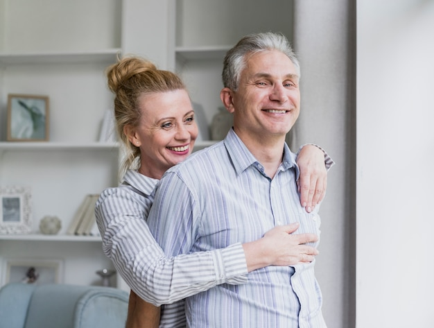 Vue de face heureux couple de personnes âgées rire