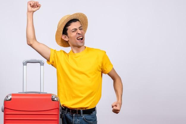 Vue de face heureux jeune homme avec t-shirt jaune exprimant ses sentiments