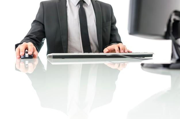 Vue De Face De L'homme D'affaires Au Bureau Blanc Travaillant Sur Ordinateur. Photo Premium