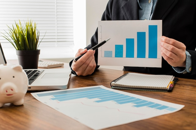 Vue de face de l'homme d'affaires détenant la courbe de croissance