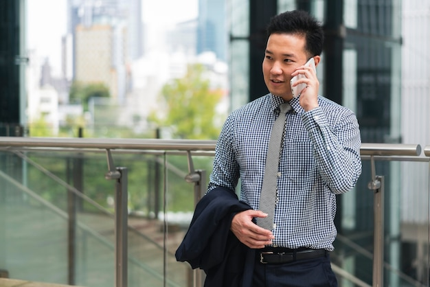 Vue de face de l'homme d'affaires parlant au téléphone