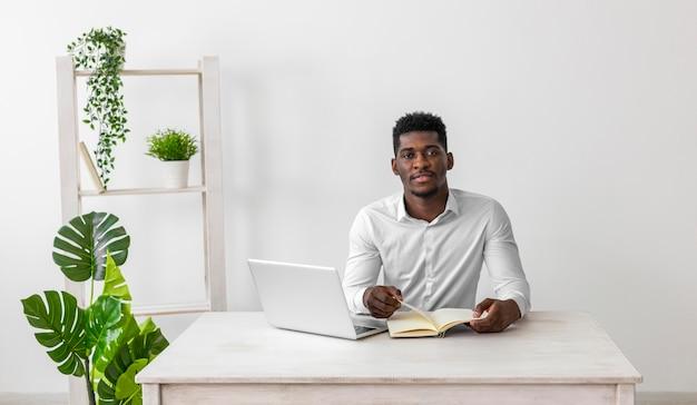 Vue de face de l'homme afro-américain