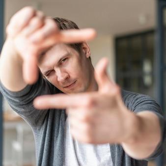 Vue de face de l'homme à l'aide de la langue des signes