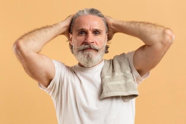 Vue de face d'un homme aîné barbu attrayant